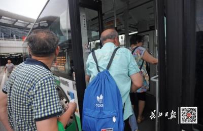 跟年輕人搶公交?上下班高峰該不該限制老年證?兩個部門回復了