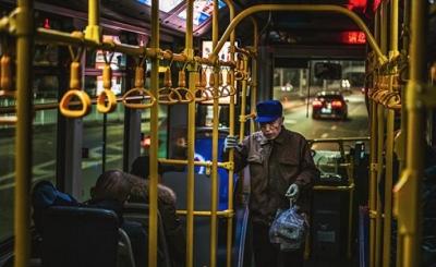 北京老年人免費乘公交車未對年輕人通勤高峰產生壓力